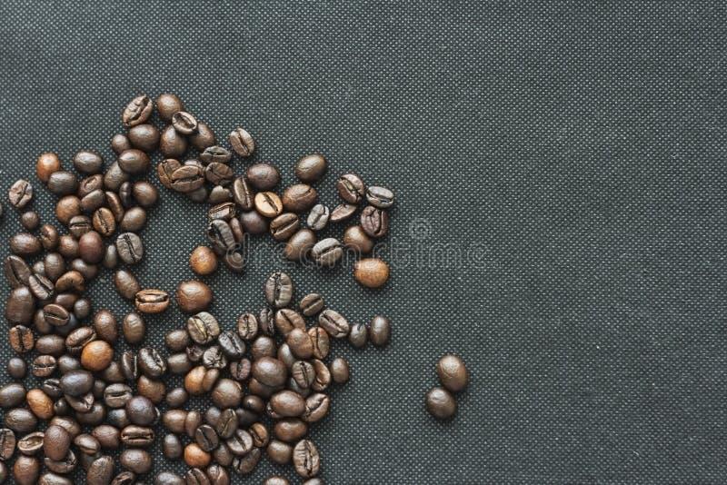 Hj?rta av kaffeb?nor p? vit bakgrund fotografering för bildbyråer