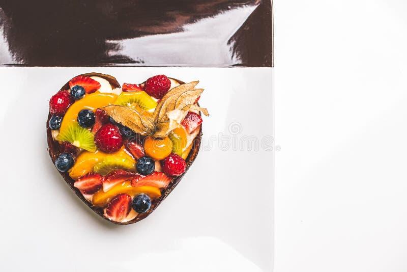 Hj?rta formade fruktsockerkaka 1 royaltyfri foto