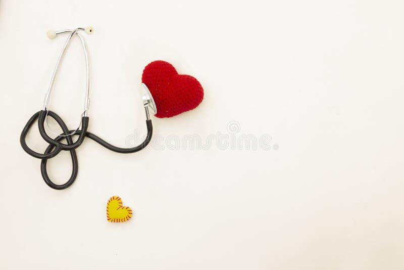 Hj?rtah?lsa Stetoskop och röd hjärta av virkning royaltyfri fotografi