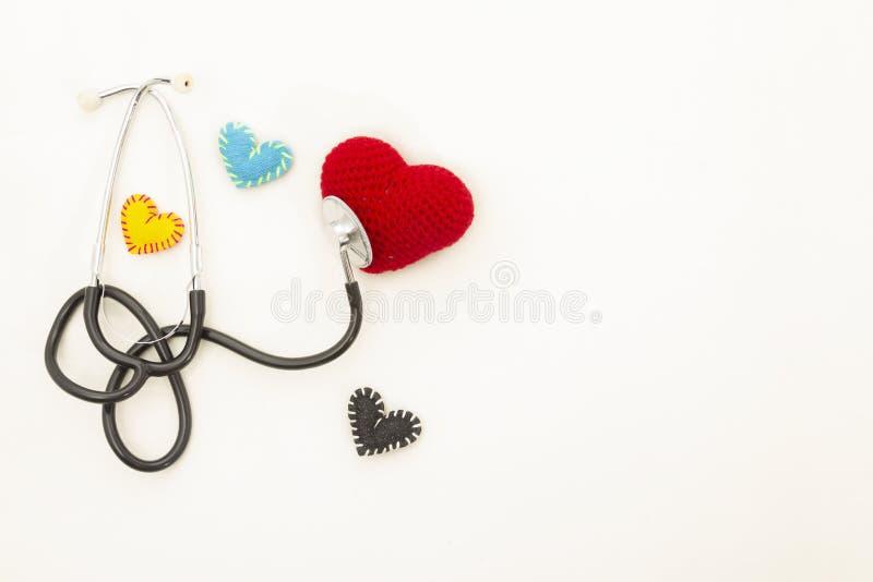 Hj?rtah?lsa Stetoskop och röd hjärta av virkning royaltyfria foton