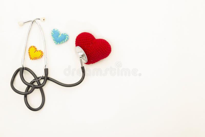 Hj?rtah?lsa Stetoskop och röd hjärta av virkning royaltyfria bilder