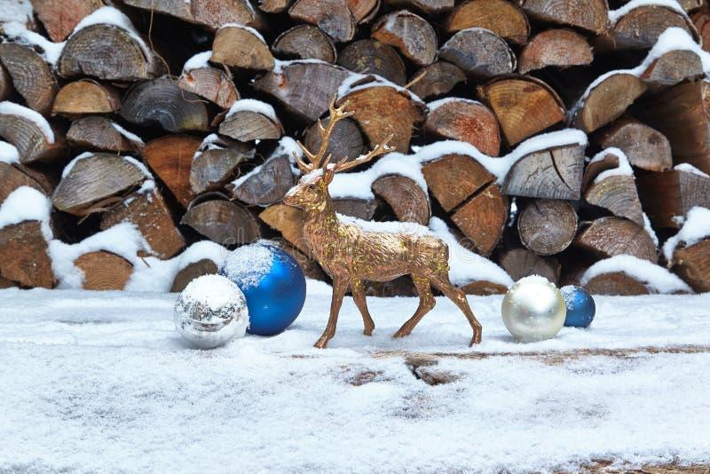 Hjortstatyett och struntsaker i snö fotografering för bildbyråer