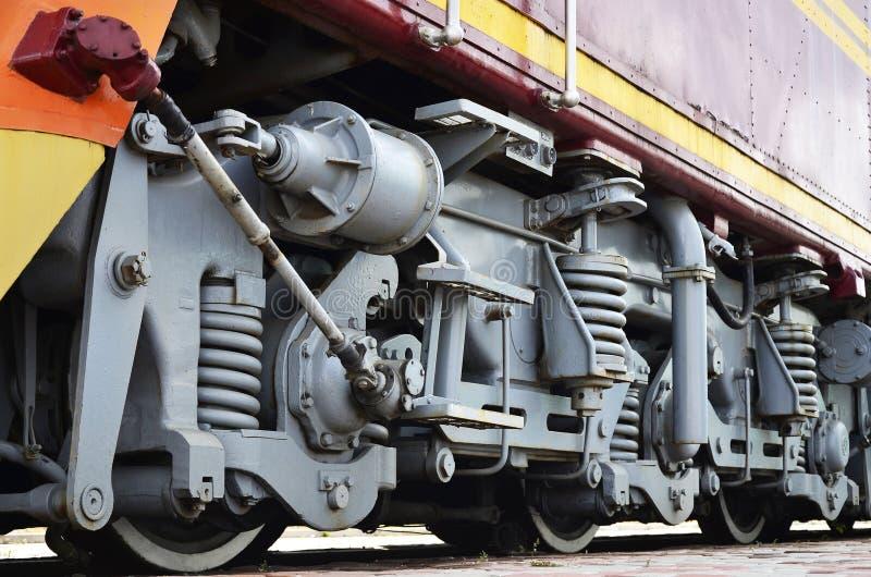 Hjul av en rysk modern lokomotiv, sikt från sida Trans.branschbegrepp Skurkrollhjul och mekanism under det elektr. royaltyfri foto