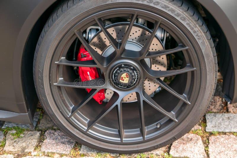 Hjul av en sportbil av det Porsche märket arkivfoto
