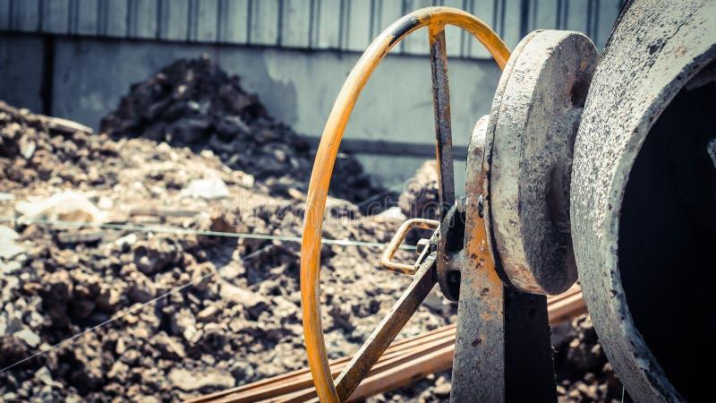 Hjul av för utrustningmaskin för konkret blandare hjälpmedlet royaltyfri fotografi