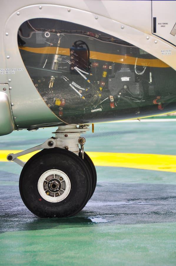 Hjul av flygplan- eller helikopterparkering på parkeringsområde Suppension av flygplanet royaltyfri fotografi