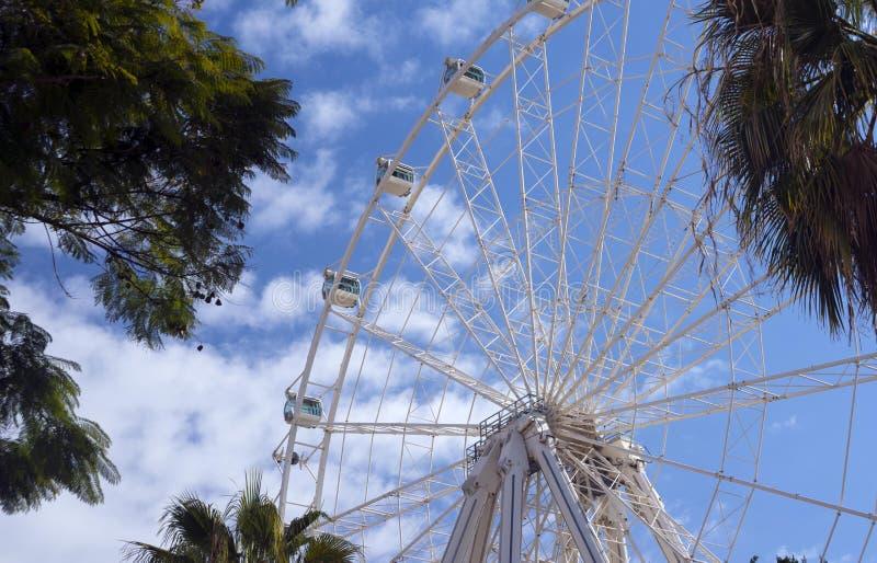 Hjul av granskningen mot blå himmel med moln attractor royaltyfria foton