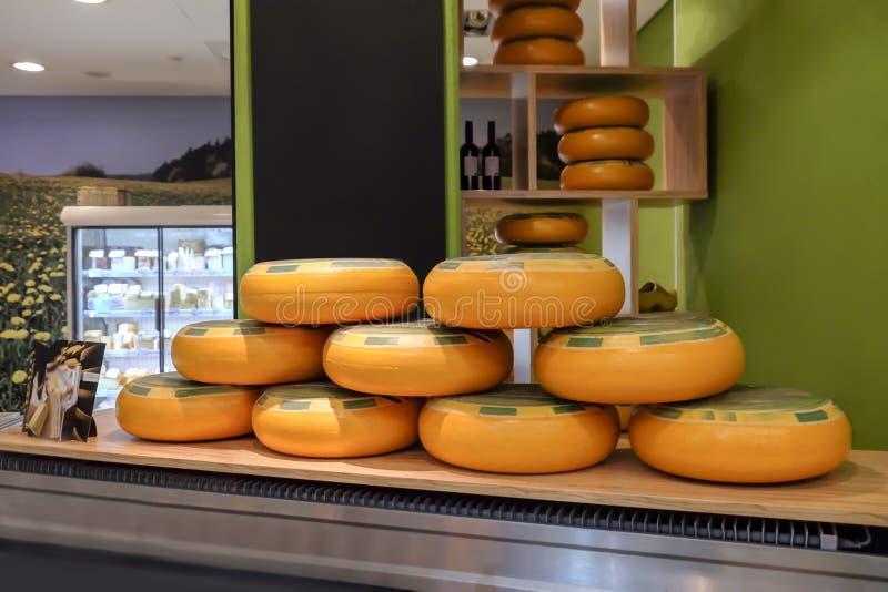 Hjul av läcker ost shoppar in arkivfoton