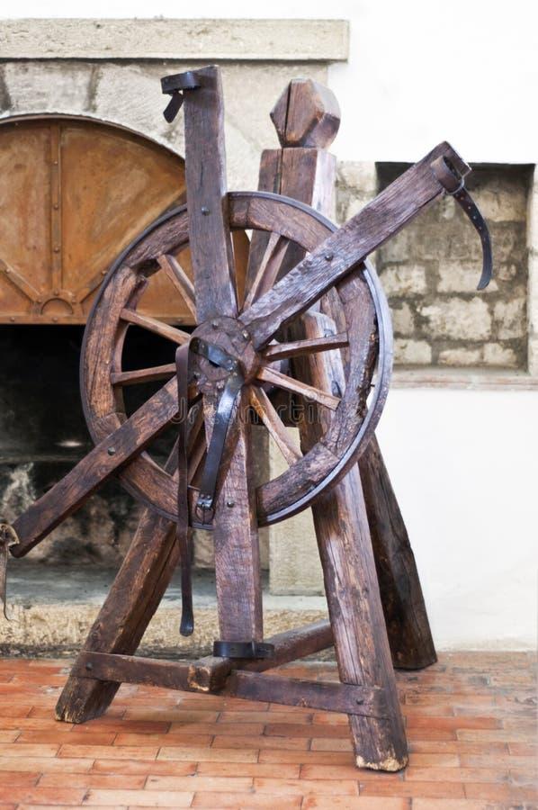 Hjul av tortyr i en gammal slott royaltyfri bild