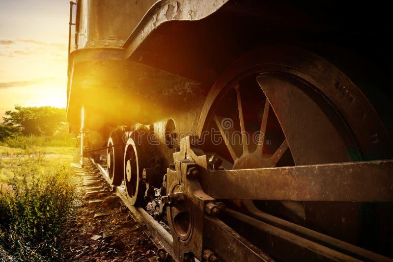 Hjul för ångalokomotiv på stången arkivfoton
