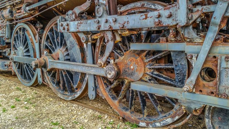 Hjul för drev för ångalokomotiv rostiga arkivfoton