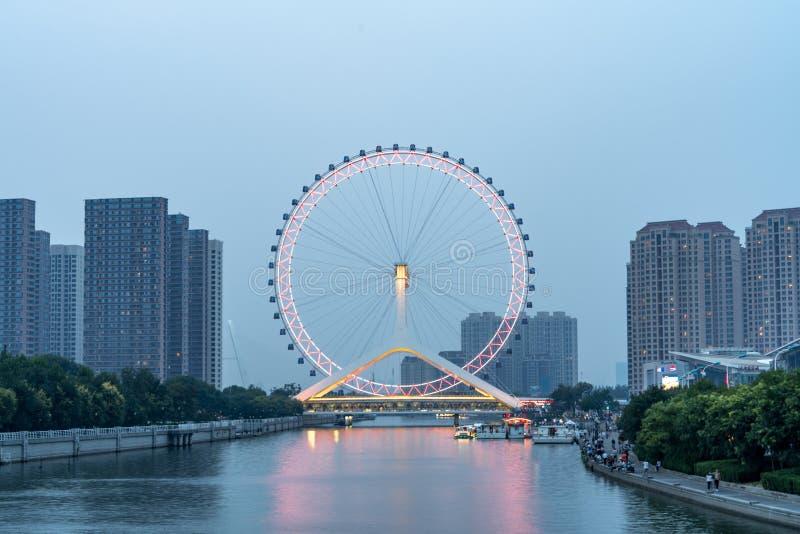 Hjul för Tianjin ögonferris på natten royaltyfri fotografi