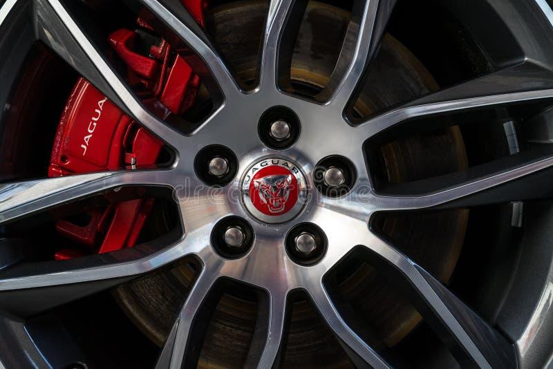 Hjul- och bromsskiva av sportbilen Jaguar, närbild arkivfoton