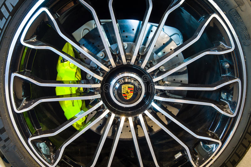 Hjul- och bromssystem av enengined inkopplingshybrid- sportbil Porsche 918 Spyder, 2015 royaltyfri fotografi