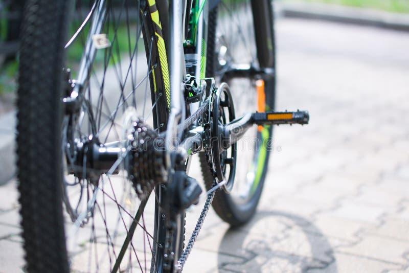 Hjul pedaler, cykelkedja, mekanism av växling av hastigheter av den moderna bergcykeln Selektivt fokusera close upp royaltyfri foto