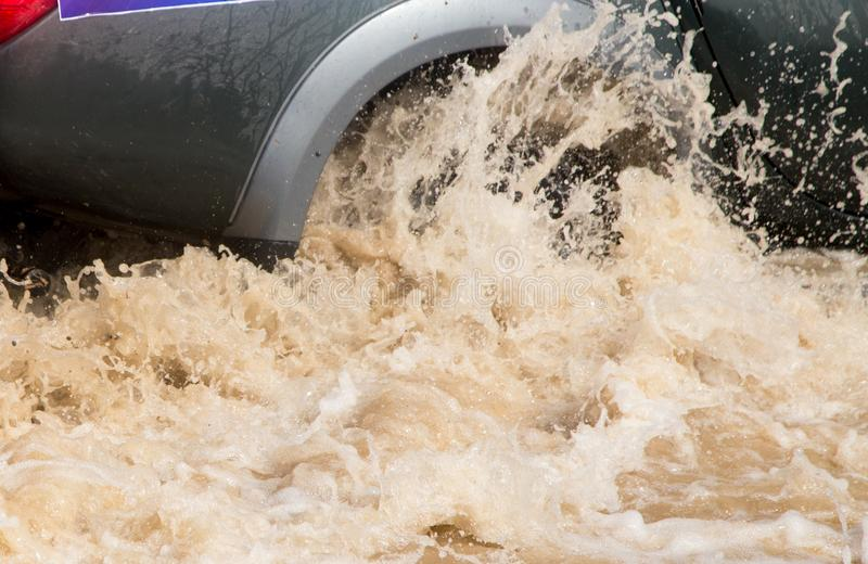 Download Hjulbilar i grovt vatten arkivfoto. Bild av splatter - 106831350
