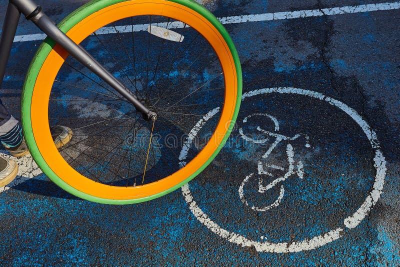 Hjulet av en cykel och ett tecken av en cykelbana royaltyfri fotografi