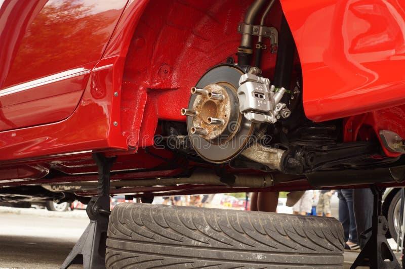 Hjulet av ett rött bilgummihjul tog bort visningskivabromsen royaltyfri bild