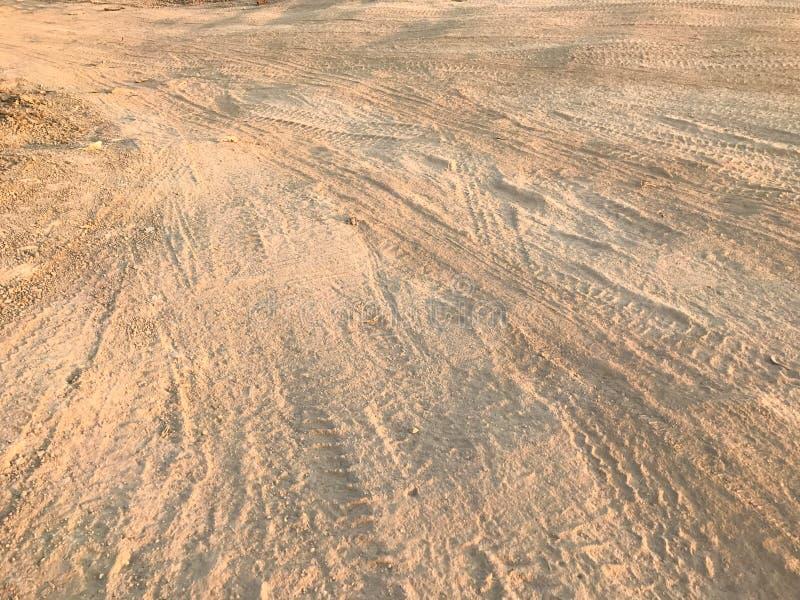 Hjulet spårar smuts på landsvägen arkivbild