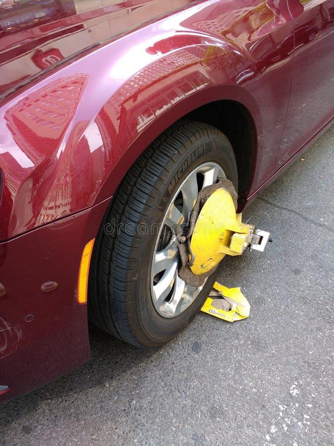 Hjulklämma, hjulkänga som parkerar kängan arkivfoto