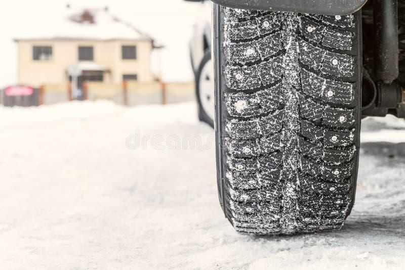 Hjuln?rbild p? en hal sn?ig vinterv?g arkivbild