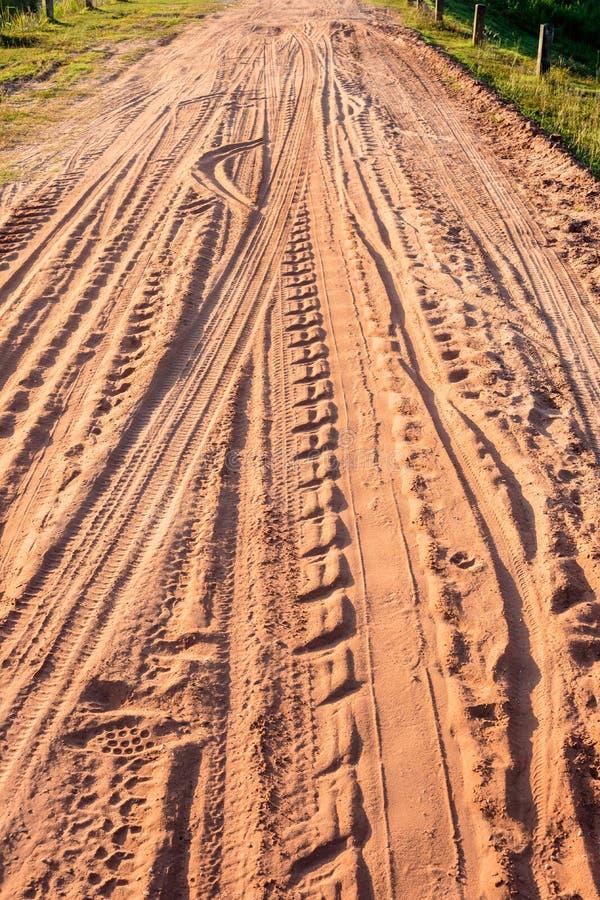 Hjulspår mönstrar på grusvägen arkivfoton