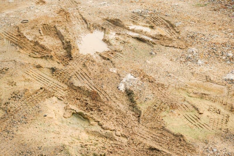 Hjulspår på smutsjordtextur, når att ha regnat royaltyfri fotografi