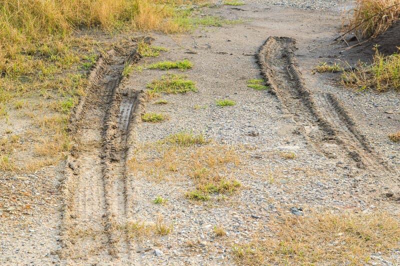 Hjulspår på smutsjordtextur, når att ha regnat fotografering för bildbyråer
