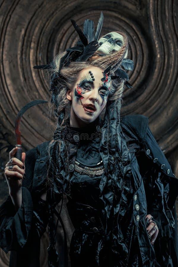 Hloding Sichel der jungen Hexe Hell bilden Sie, Schädel, Rauchhalloween-Thema stockfotografie