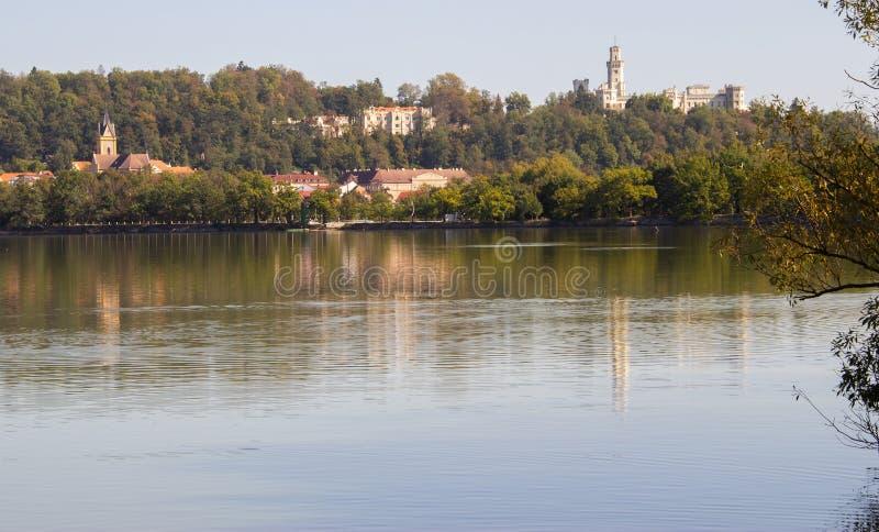 Hluboka nad Vltavou, República Checa - lago y castillo fotografía de archivo libre de regalías