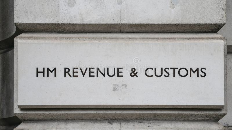 HM dochód i Customs podpisuje na budynku w Whitehall, Londyn, Anglia, UK obrazy royalty free