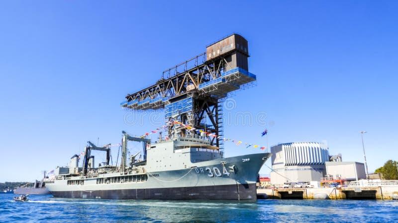 HMAS-het Succes OF 304 het Koninklijke Australië Oliebusje dokt bij Haven Jackson voor het deelnemen aan Internationaal Vlootover stock fotografie