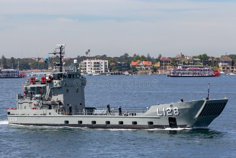 HMAS Labuan l 128 спускаемый аппарат Balikpapan-класса королевского австралийского военно-морского флота в гавани Сиднея стоковое фото