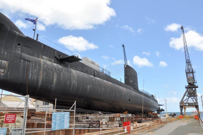 HMAS-UGNAR: Oberon gruppubåt och lastningsbryggakran royaltyfri foto