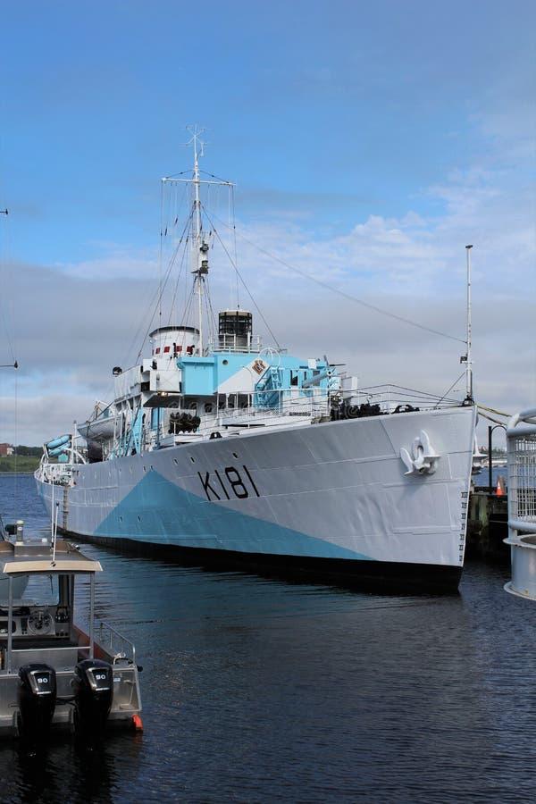 HMCS Sackville dichtbij het Maritieme Museum van de Atlantische Oceaan in de haven van Halifax op een gedeeltelijk bewolkte de zo stock fotografie