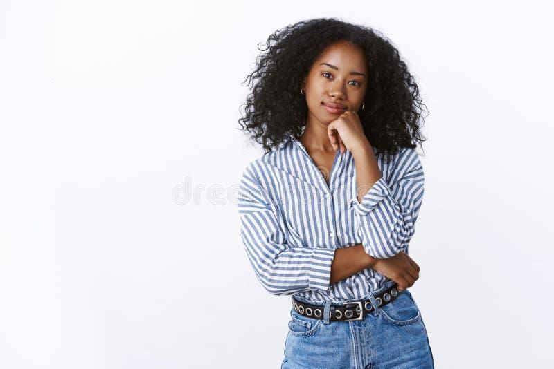 Hmm att tänka om det Nyfiken fundersam attraktiv ung domderande afrikansk amerikankvinna för stående som gör primat anseende royaltyfri foto