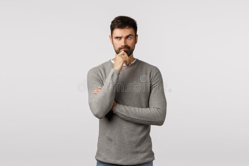 Hmm, raak besluit Doordacht en ernstig pensief, volwassen kaukasus vriendje met baard, grijs sweater, proberen te denken royalty-vrije stock afbeeldingen