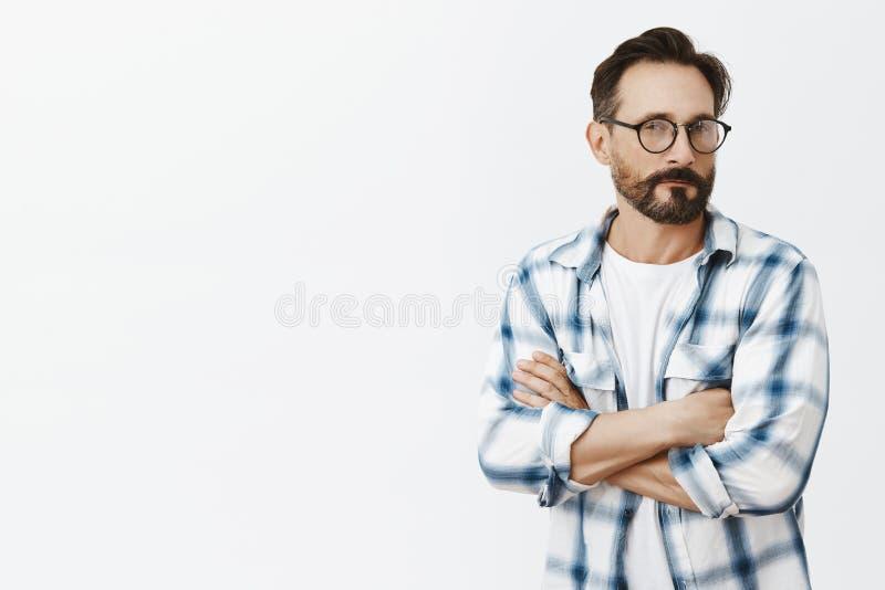 Hmm sonidos sospechosos Retrato del hombre adulto hermoso inseguro y dudoso con la barba y del bigote en vidrios negros foto de archivo libre de regalías