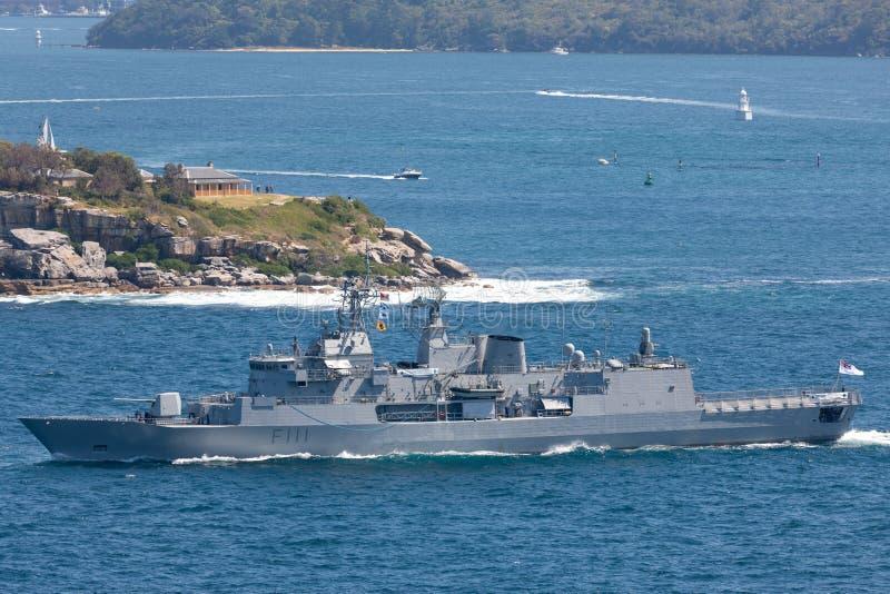HMNZS Te马娜F111安扎克类大型驱逐舰和一个皇家新西兰海军离去的悉尼港口 图库摄影