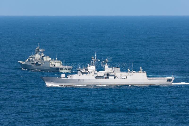 HMNZS Te马娜F111安扎克类大型驱逐舰和一个皇家新西兰海军离去的悉尼港口 免版税库存照片