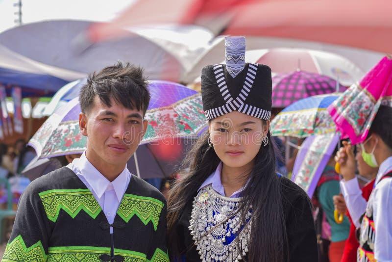 Hmong男人和妇女传统选矿 库存图片