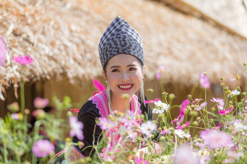 Hmong dziewczyna w piękny smokingowy kolorowym i moda mieszająca między kulturą nową i starą, jesteśmy handmade dla Hmong nowego  obrazy royalty free