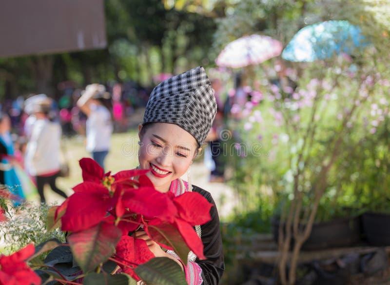 Hmong dziewczyna w piękny smokingowy kolorowym i moda mieszająca między kulturą nową i starą, jesteśmy handmade dla Hmong nowego  obraz royalty free
