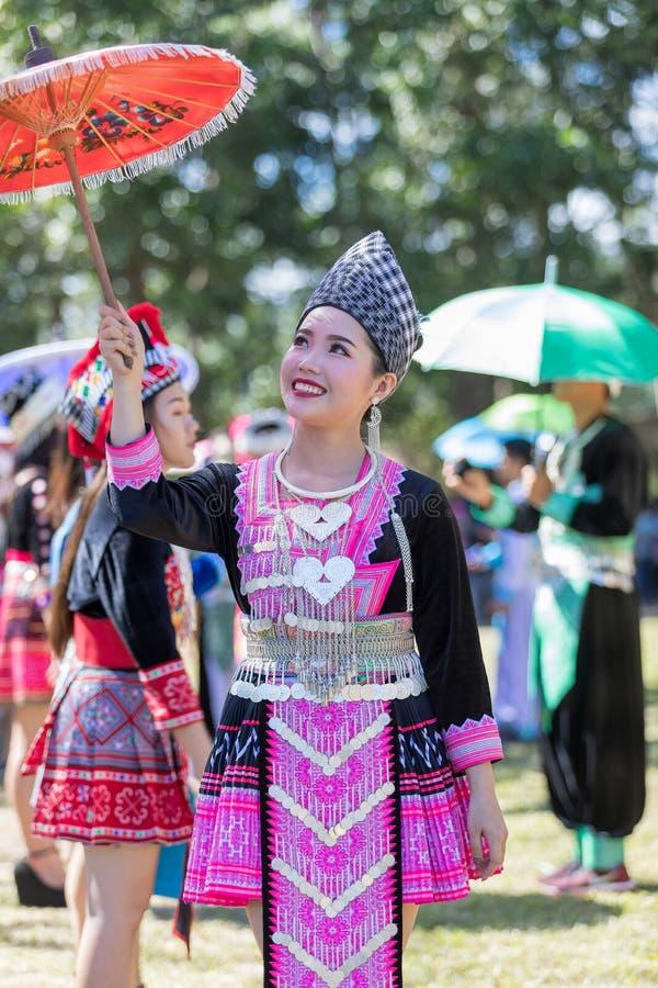 Hmong dziewczyna w piękny smokingowy kolorowym i moda mieszająca między kulturą nową i starą, jesteśmy handmade dla Hmong nowego  obrazy stock