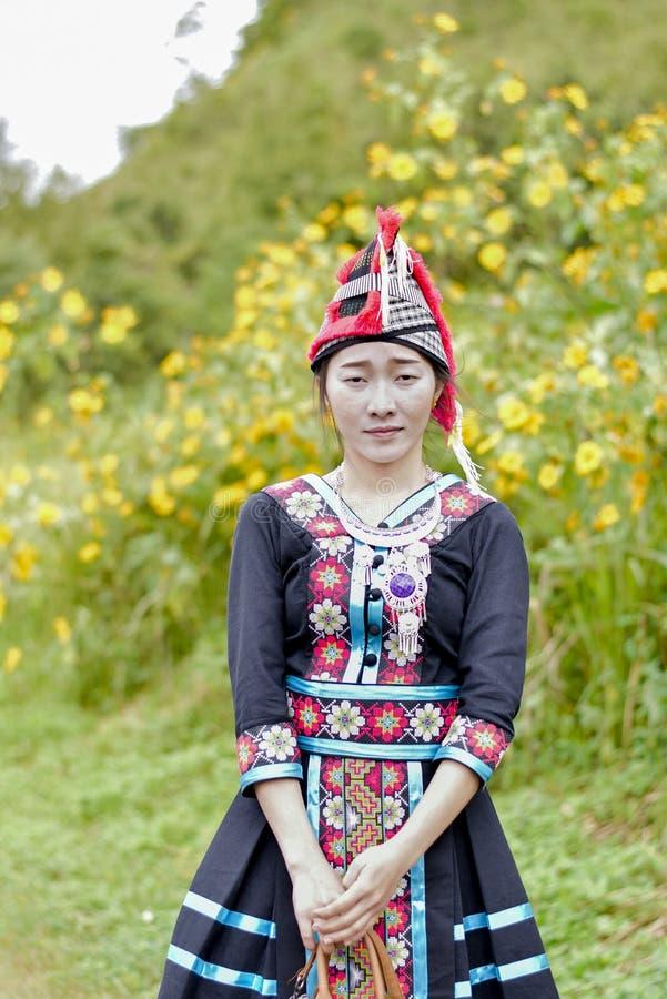 Hmong flicka med caltureklänningen arkivbild