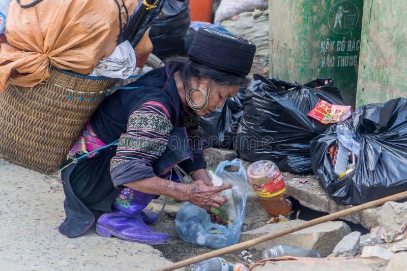 Hmong-Frau, die im Markt in Sapa, Vietnam arbeitet lizenzfreie stockbilder