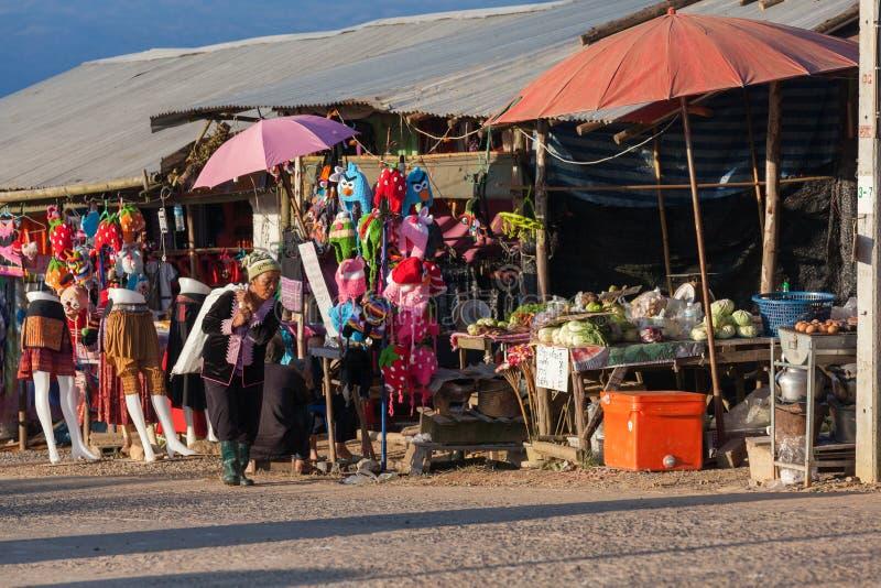 Hmong gammal kvinna som hem går efter arbete royaltyfri bild