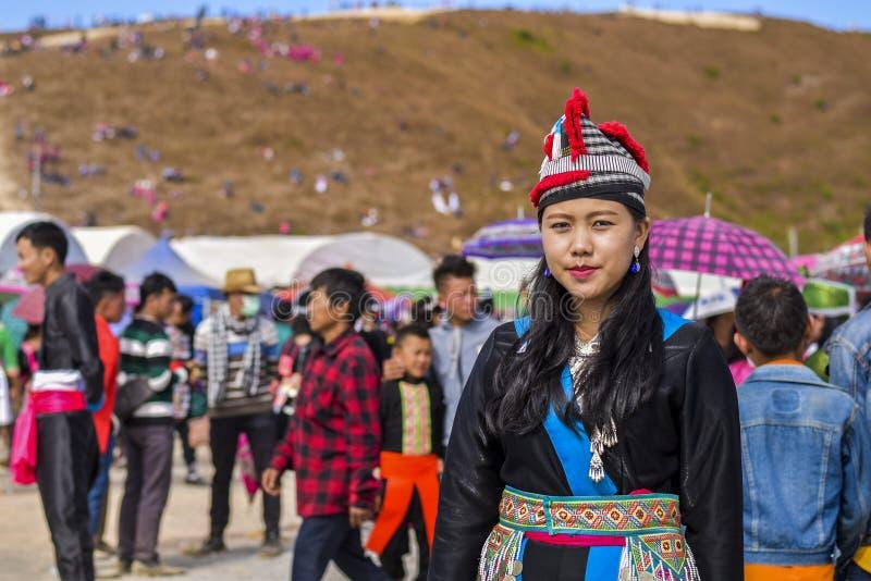 Hmong-Mädchen, das im neuen Jahr ankleidet lizenzfreie stockfotografie