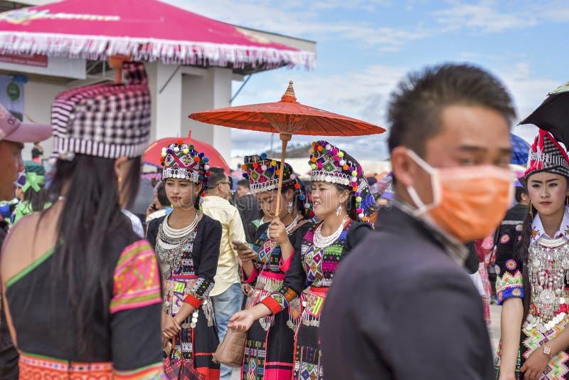 Hmong-Mädchen, das im neuen Jahr ankleidet stockfotos