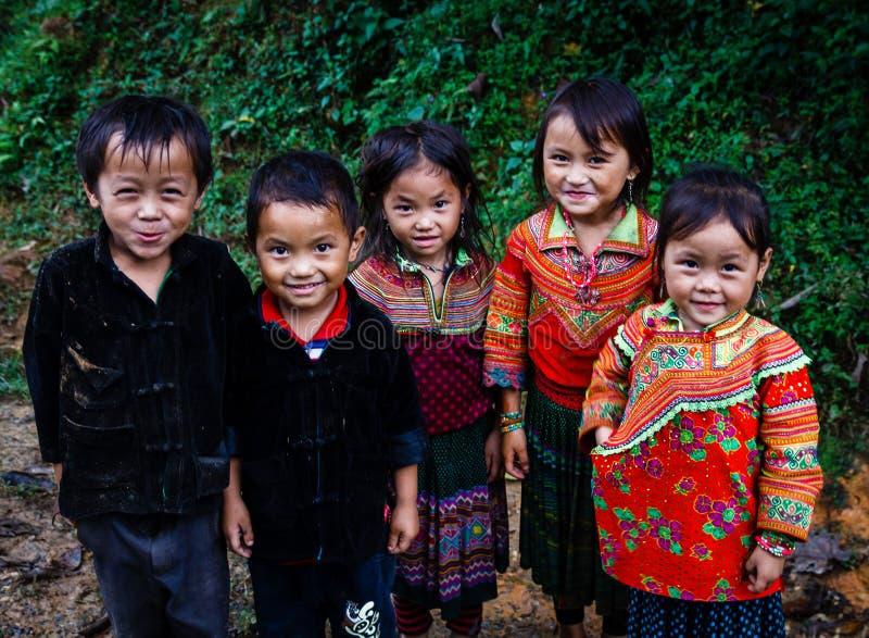 Hmong ungar som spelar på den smutsiga slingan royaltyfri bild